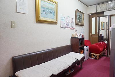 川崎市『ゴスペル鍼療院』の待合室